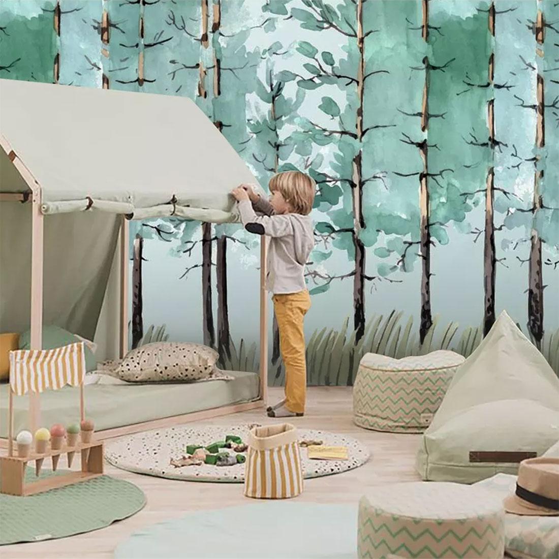 男孩在儿童丛林房间搭建帐篷
