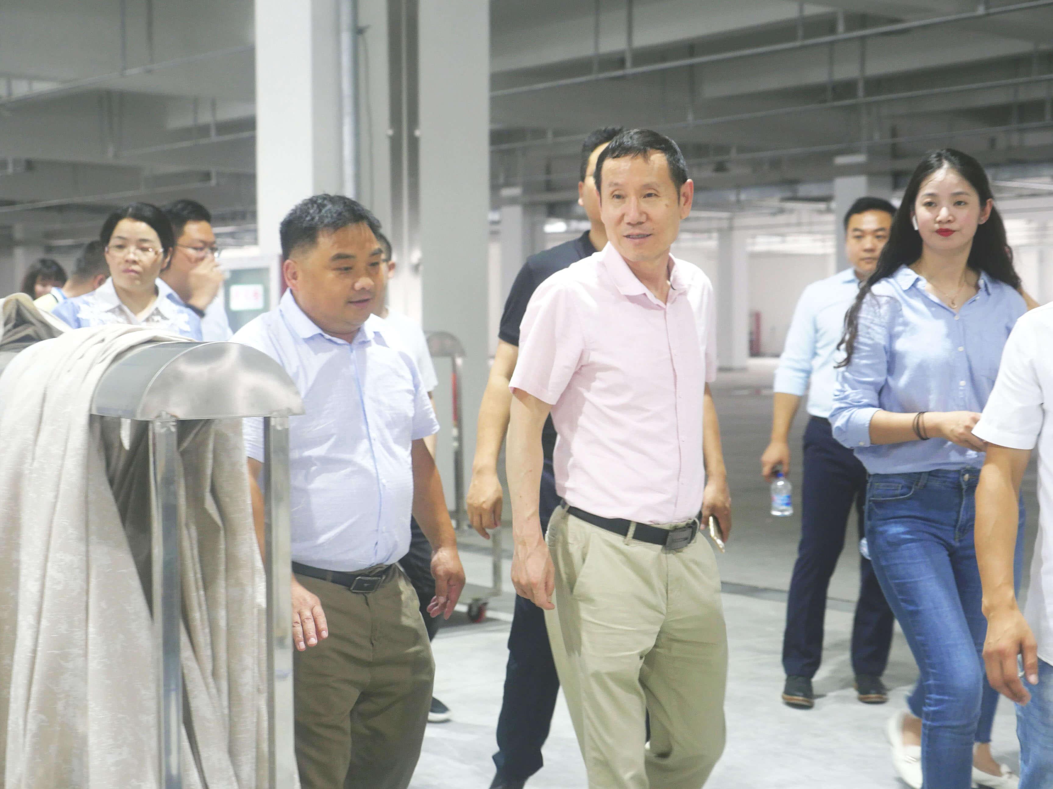 上海天洋董事长李哲龙先生引领大家参观工厂